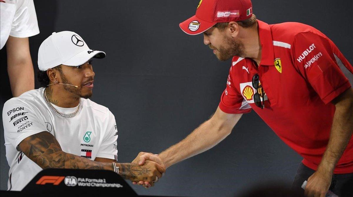 Sebatian Vettel (Ferrari), a la derecha, saluda a Lewis Hamilton (Mercedes), en el inicio de la conferencia de prensa de presentación del GP de Australia.