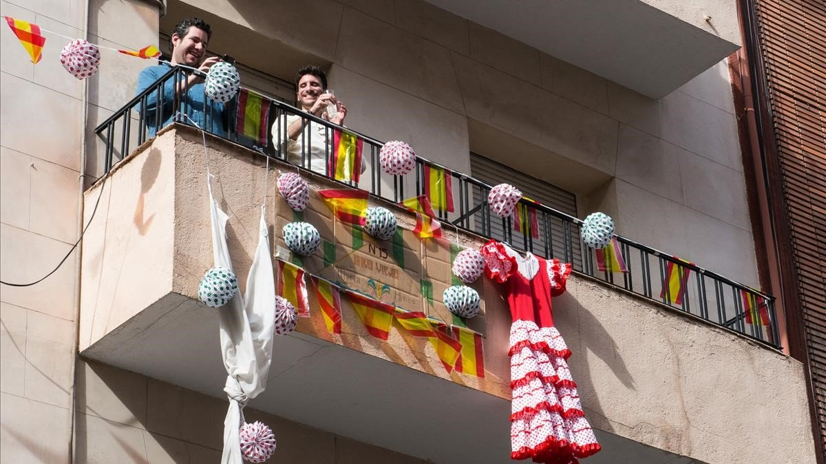 Balcones de Madrid, decorados con elementos de la Feria de Abril.