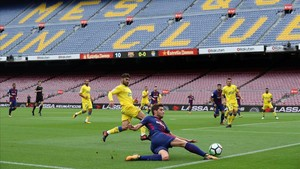 Sergi Roberto centra desde la línea de fondo ante un defensa del Las Palmas en un vacío Camp Nou.