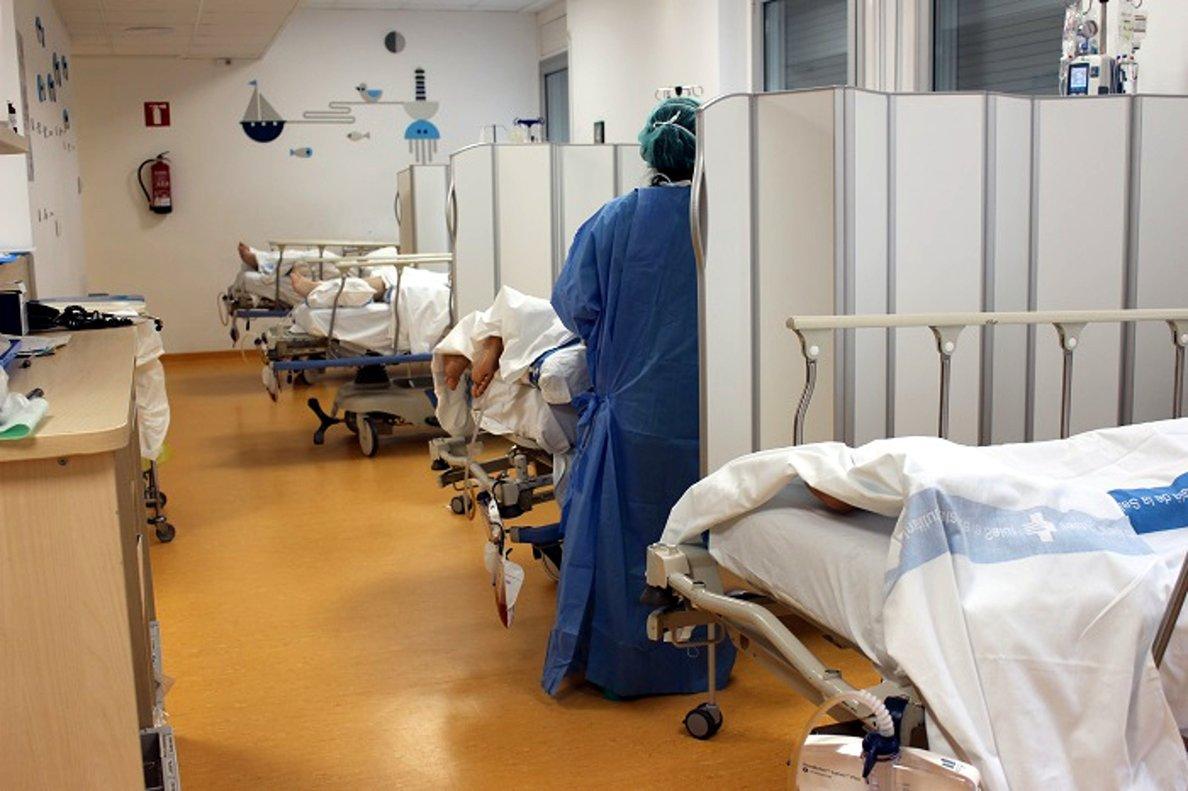 Plano general de una de las habitaciones con pacientes de covid-19 en elHospital Universitari de Girona Doctor Josep Trueta, abril 2020