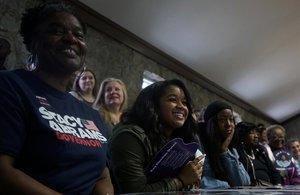 Simpatizantes de Stacey Abrams escuchan el discurso de la candidata demócrata en un mitin celebrado en Newman (Georgia).
