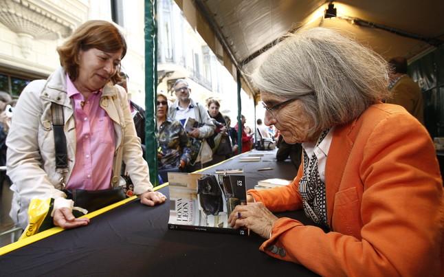 La escritora Dona Leon firma autográfos con motivo de la diada de Sant Jordi, en Barcelona.