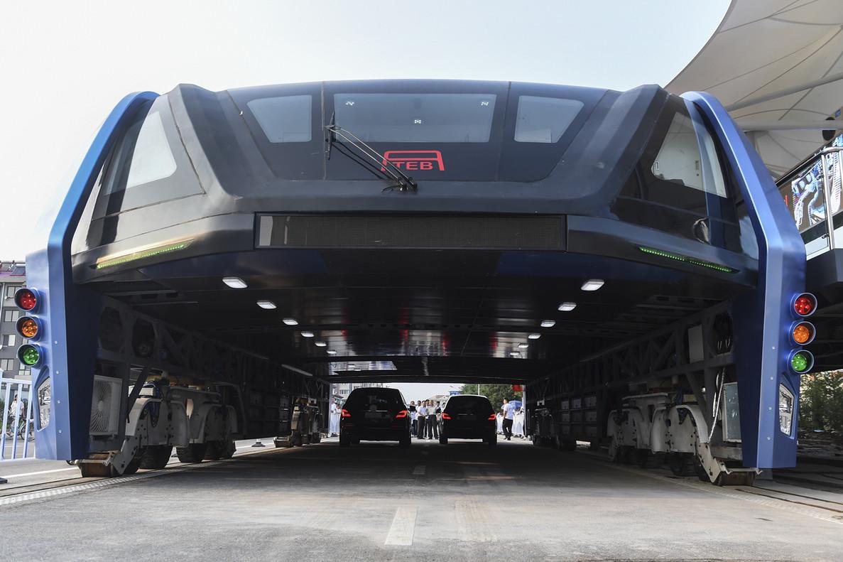 China estrena un autobús que circula por encima de los coches.