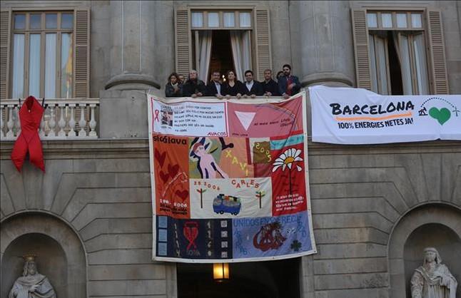Tapiz en el balcón del Ayuntamiento de Barcelona para conmemorar el Día Mundial del Sida, este martes.