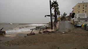 El muro de la playa de las avellanas, en L'Ampolla, destrozado por las olas