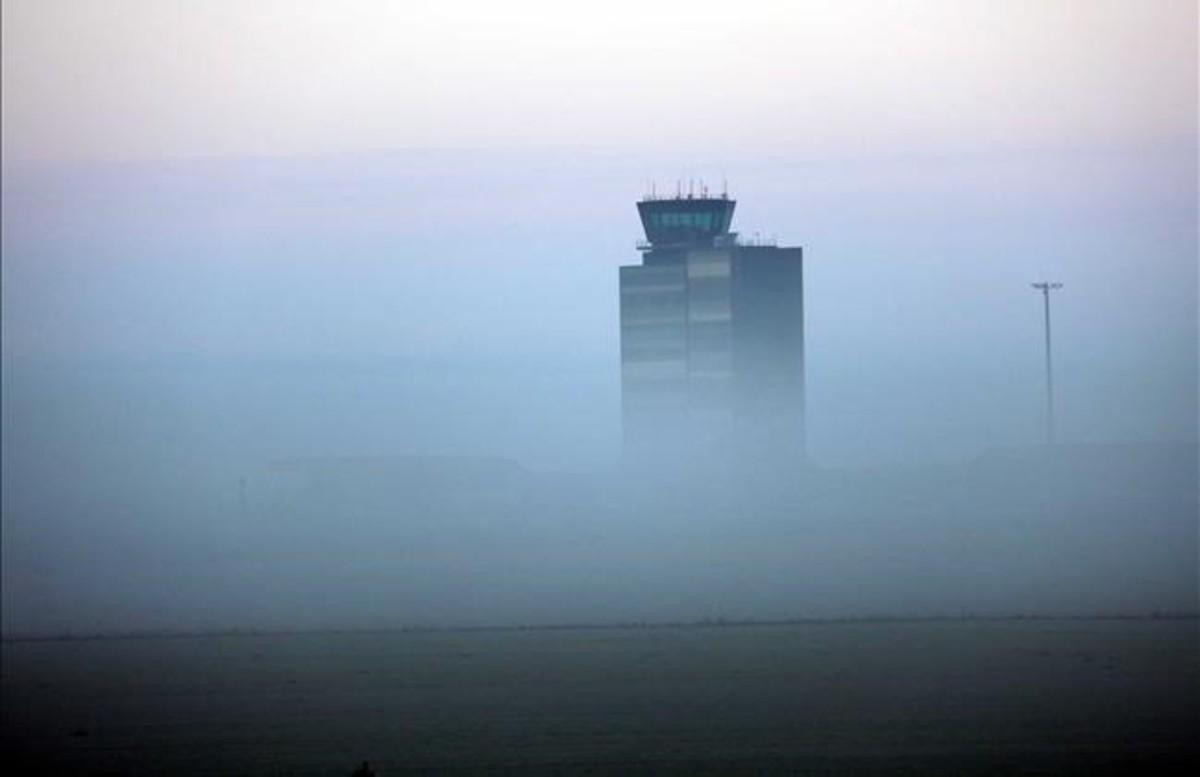 Terminal del aeropuerto de Lleida-Alguaire rodeada de niebla, en una imagen de archivo.