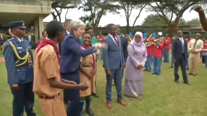 Theresa May vuelve a demostrar sus dotes para el baile en Kenia.