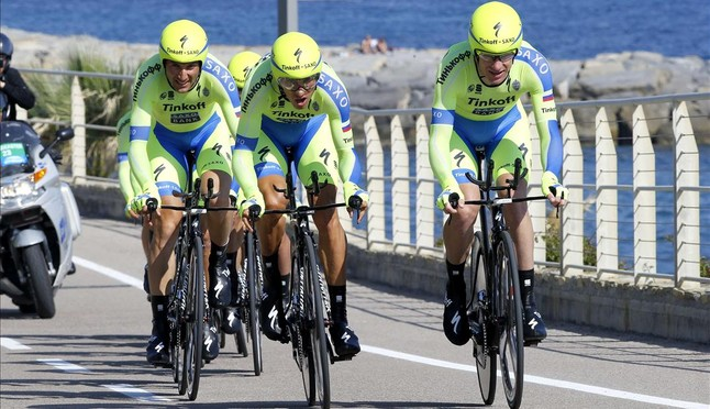 El conjunt Tinkoff-Saxo, dAlberto Contador, en plena acció, durant la contrarellotge inaugural del Giro 2015.