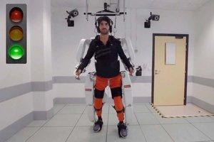 Aquest exoesquelet per a tetraplègics controlat pel cervell permet caminar | Vídeo