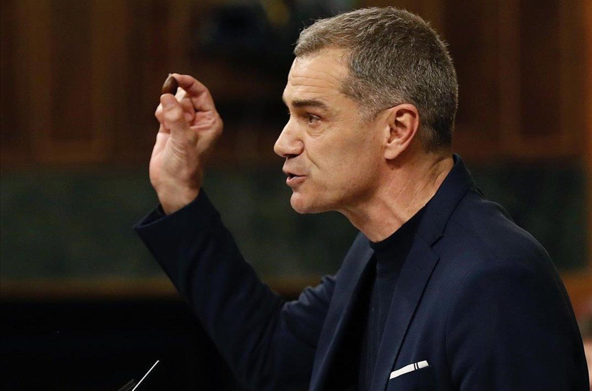 """La despedida de Toni Cantó del Congreso con dos naranjas, una castaña y un """"¡Viva España!"""""""