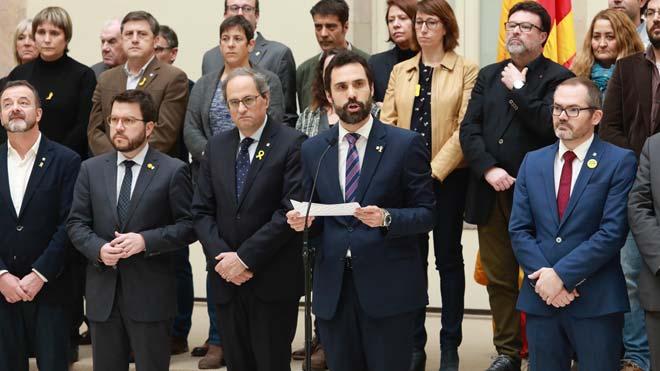 El presidente del Parlament, Roger Torrent, ha leído una declaración institucional acompañado del presidente de la Generalitat.