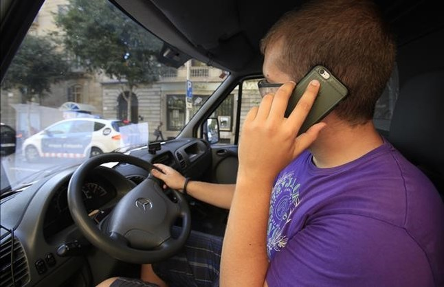 Tráfico aumentará los puntos que se pierden por el uso del móvil al volante