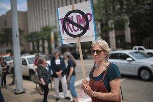 Una ciudadana de Dayton demuestra su rechazo al presidente Donald Trump.