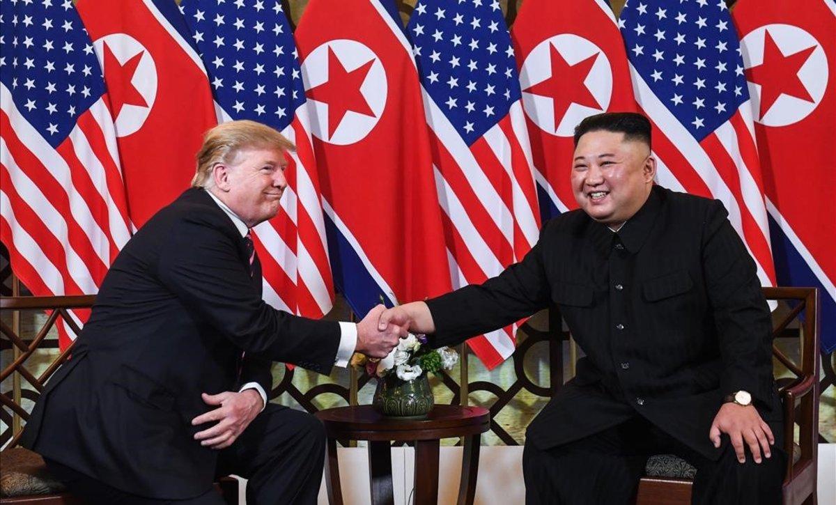 Trump y Kim Jong-Un se saludan en Hánoi (Vietnam).