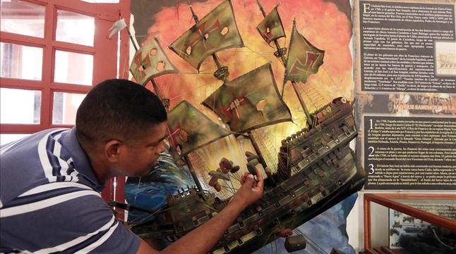 Un turista observa una recreación del galeón 'San José', en Colombia.