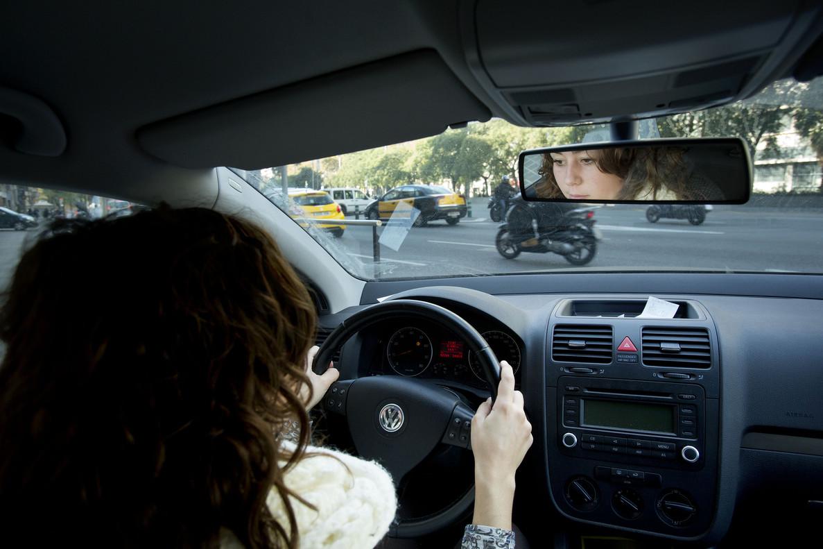 Una mujer conduciendo en Barcelona