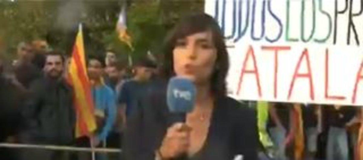 Una periodista de TVE, agredida durant un directe en la Diada | Vídeo
