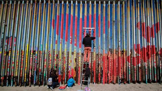 Una acción artística vuelve a pintar corazones en la valla fronteriza entre México y Estados Unidos.