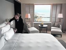 Una cambrera de planta finalitza la neteja d'una habitació en un hotel de Barcelona.
