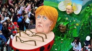 Una carroza que representa a Merkel y a Schulz, en el carnaval de Colonia.