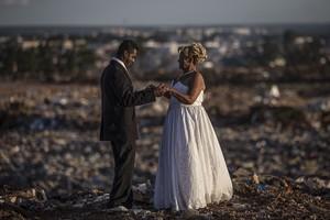 Una pareja de catadores de lixo,protagonizóla última historia de amor en el mayor basurero de Latinoamérica,que el sábado cerrarásus puertas en Brasilia, Brasil.