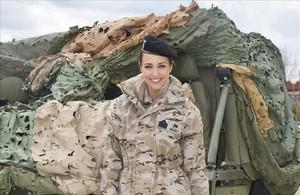 La actriz Paula Echevarría, vestida de militar en una base de paracaidistas madrileña.