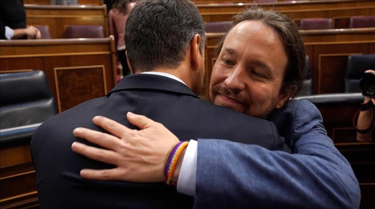 Pablo Iglesias abraza a Pedro Sánchez tras la votación de la moción de censura en el Congreso.