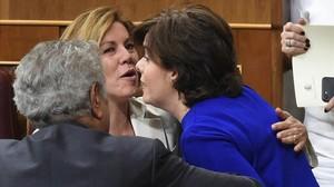 Santamaría y Cospedal se saludan con un beso, este martes en el Congreso, tras presentarse ambas a la carrera por suceder a Rajoy.