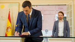 Pedro Sánchez y Pablo Iglesias firman su pacto de Presupuestos, el pasado 11 de octubre.