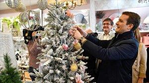 Pablo Casado, en una tienda del centro de Adra (Almería), municipio que visitó en la campaña andaluza.