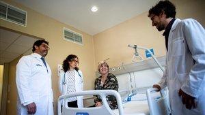 Francesc Bosch,Pere Barbay la especialista Gloria Lacobonivisitan a una de las pacientes en la Unidad de Terapias Celulares Avanzadas.