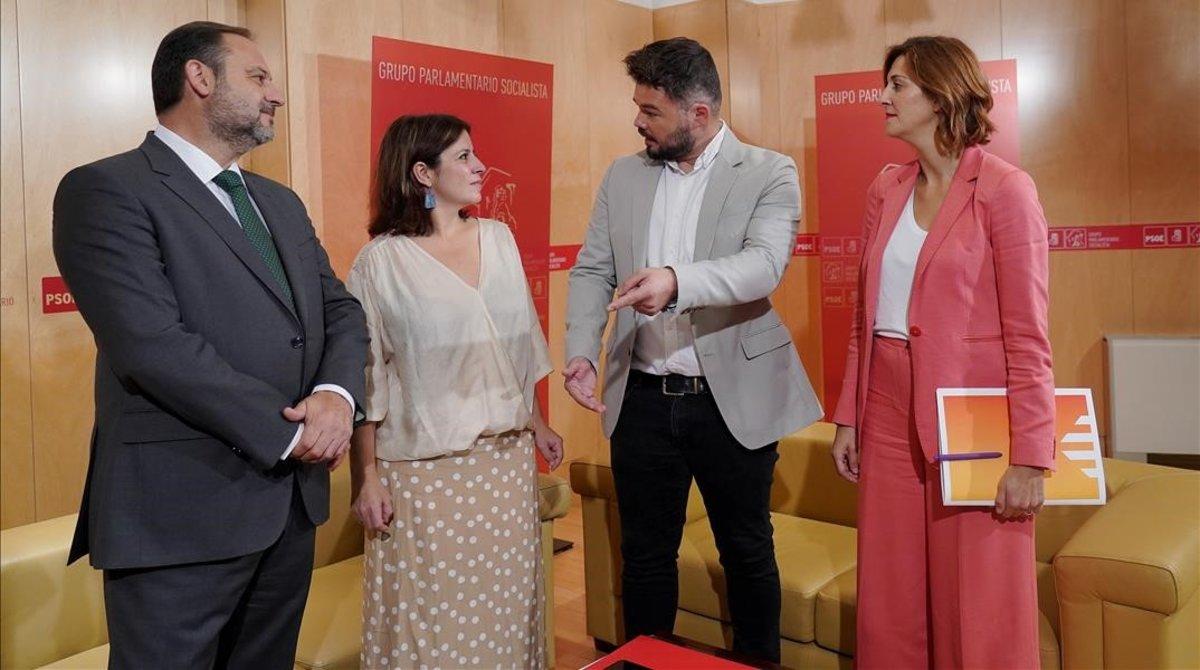 Reunión de Gabriel Rufián y Carolina Telechea (ERC) con Adriana Lastra y Jose Luis Abalos (PSOE)en el Congreso de los Diputados, este miércoles.