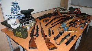 Detingut per tenir un arsenal d'armes de guerra a casa seva