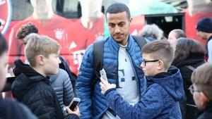 Unos niños piden un selfi a Thiago en Colonia, hace dos semanas.