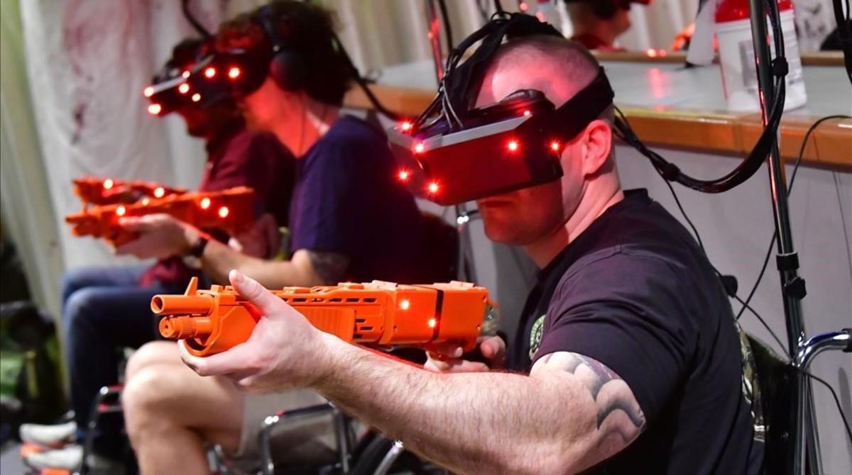 Unos usuariosdel VR Park en Dubái