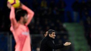 Valverde da instrucciones a sus jugadores en el Getafe-Barça.