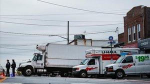 Varios camiones llenos de cadáveres frente a la funeraria neoyorkina Andrew Cleckley.