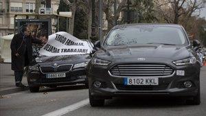 Un vehículo de VTC abandona la Diagonal el pasado lunes, después de varios días de protesta.