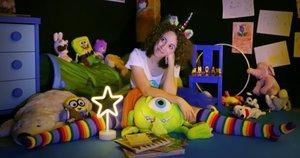 La protagonista del montaje,la pequeña Noa, en su cuarto.