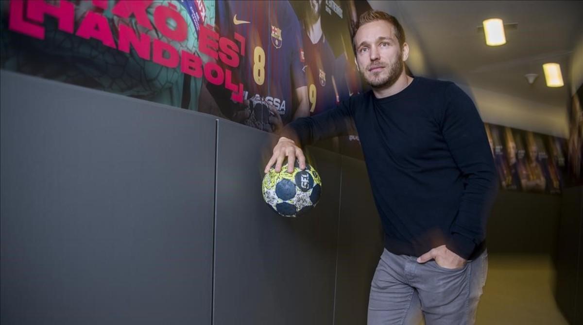 Víctor Tomàs, capitan del FC Barcelona de balonmano, en uno de los accesos del Palau Blaugrana.