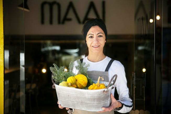 La cocinera Viky Valls, frente a su restaurante, Maai (Regàs, 30).