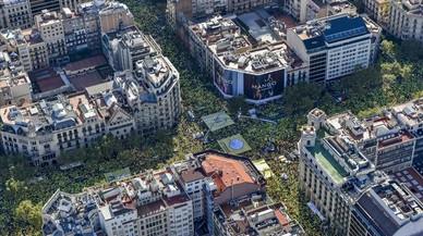 Vista aèria de la concentració de l'ANC per la Diada al passeig de Gràcia i Aragó.