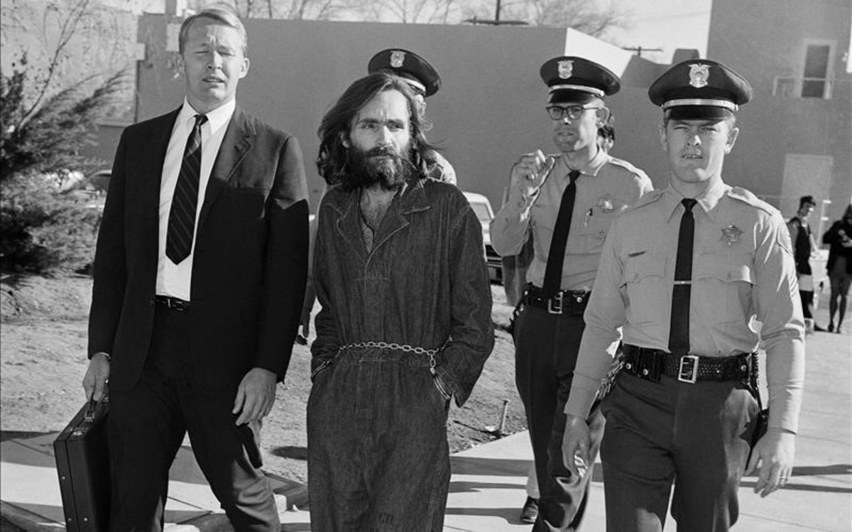 Charles Manson, bajo custodia policia, es conducido ante la corte el 3 de diciembre de 1969.