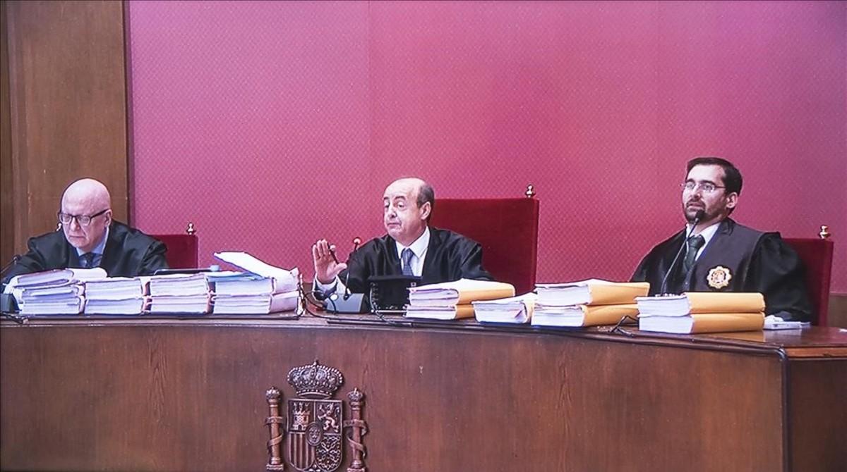 El tribunal que ha emitido la sentencia del 9-N, encabezado por el presidente del TSJC,Jesús María Barrientos (en el centro).