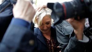 Marine Le Pen, protegida por sus guardaespaldas del lanzamiento de huevos.