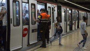 Vigilantes del metro de Barcelona.