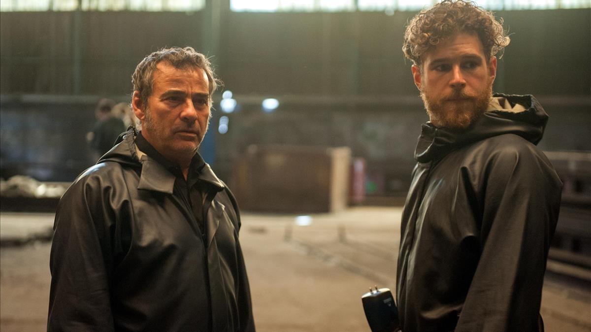 Eduard Fernández (izquierda), en una escena de la serie La zona.
