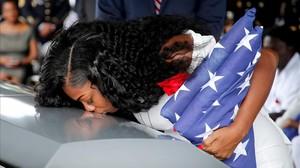 Trump agreuja l'embolic amb la viuda del soldat mort a Níger