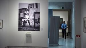 Una imagen de la exposición sobre Arthur Craven con una fotografía de Picasso ataviado de boxeador en sutaller de la calleSchoelcher, en 1915.