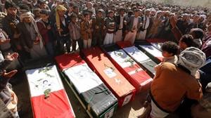 Yemenís rezan frente a las lapidas de las victimas de un bombardeo de la coalicion arabe comandada por Arabia Saudidurante un funeral en Sana.